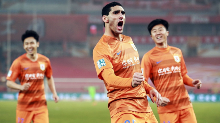 Fellaini festeja su gol y debut en China.