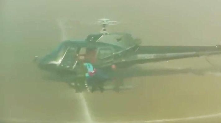 Helicóptero aterriza en medio de partido y 'secuestra' a futbolista