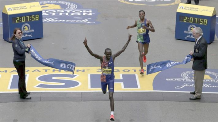 El vibrante mano a mano final de la Maratón de Boston