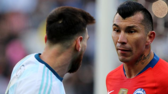 Gary Medel contra Messi.