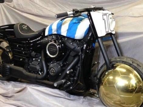 ¡Qué regalo! Diego Armando Maradona recibe una Harley Davidson