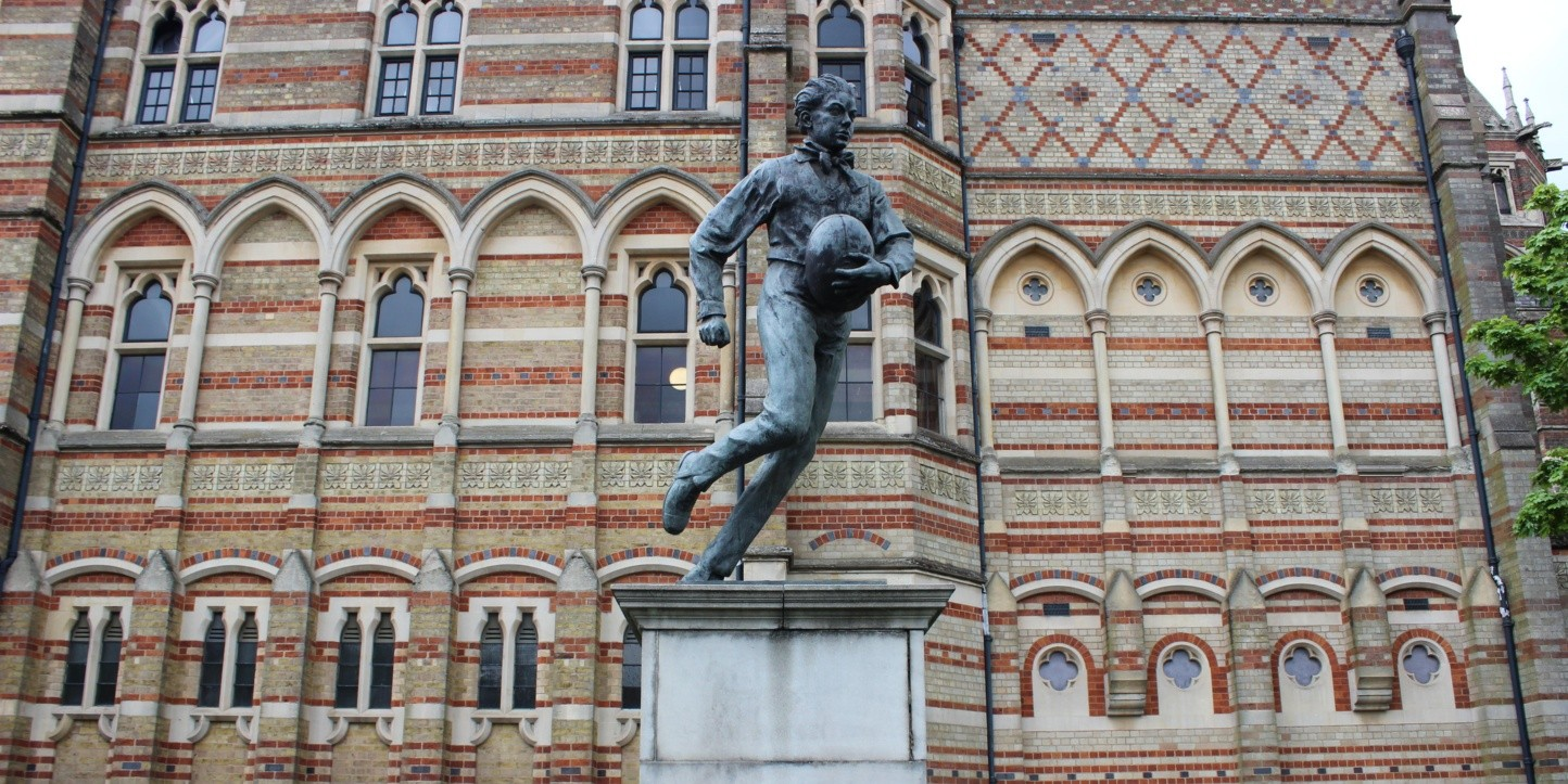 Estatua homenaje a William Webb Ellis en el frontis del Rugby School, Inglaterra.