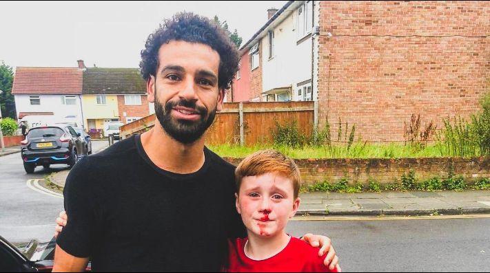 Salah cumple el sueño de un niño que se rompió la nariz por conocerlo