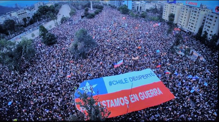 La emocionante bandera desplegada en Plaza Italia.