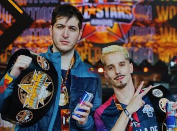 Chuty y Skone posan como campeones de God Level All Stars World Edition.