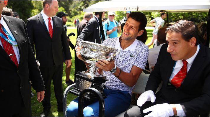 Novak Djokovic es captado jugando tenis en las calles de Serbia