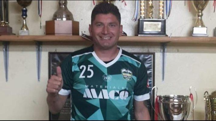 Miguel Aceval posando con la camiseta del Dante FC