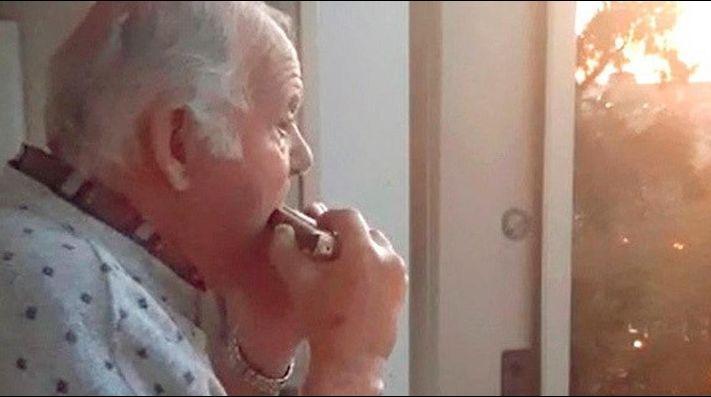Abuelito con alzhéimer cree que los aplausos a sanitarios son para él