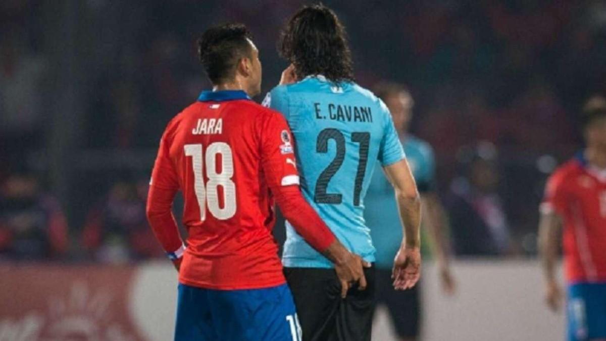 Gonzalo Jara le introduce un dedo en el trasero a Edinson Cavani y el  uruguayo se va expulsado | RedGol
