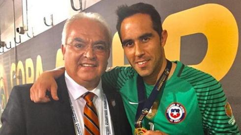 Luis Omar Tapia junto a Claudio Bravo en la Copa América Centenario Foto: Luis Omar Tapia