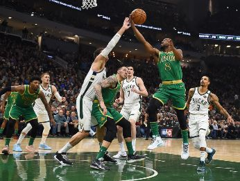 Celtics y Bucks chocan en Orlando, Florida.