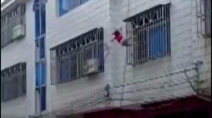 Nena cayo por la ventana y fue salvada por sus vecinos
