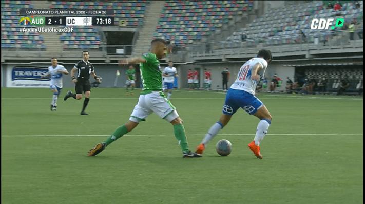 Edson Puch siente el golpe de Manuel Fernández y cae en el área. El árbitro dijo que no era penal