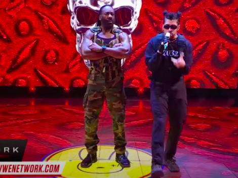 """Bad Bunny interpretó """"Booker T"""" en evento de la WWE"""