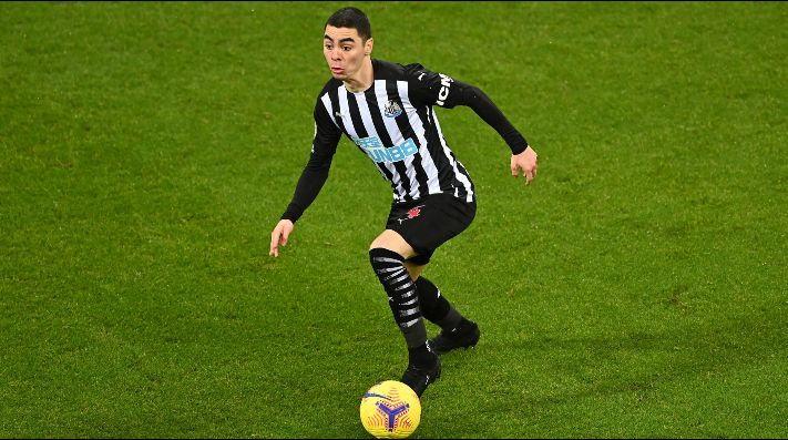 Almirón defendiendo la camiseta del Newcastle