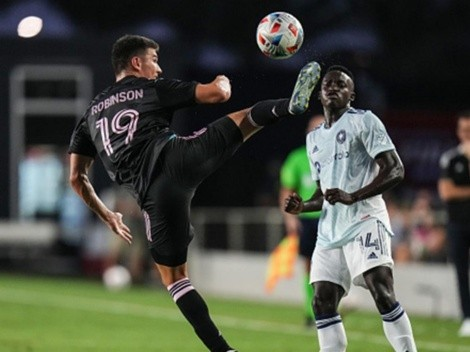 Del FIFA a La Roja: Robinson jugaba Play con Chile hace un año