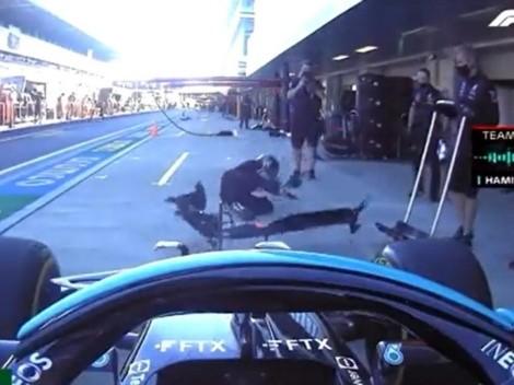 Hamilton se pasa de frenada y colisiona con mecánico de Mercedes