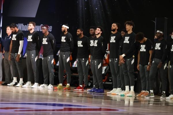 Cumplieron: rodilla al piso en el inicio de la NBA